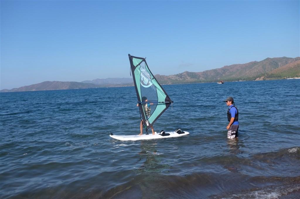 çocuklar da en iyi şekilde rüzgar sörfü öğreniyorlar
